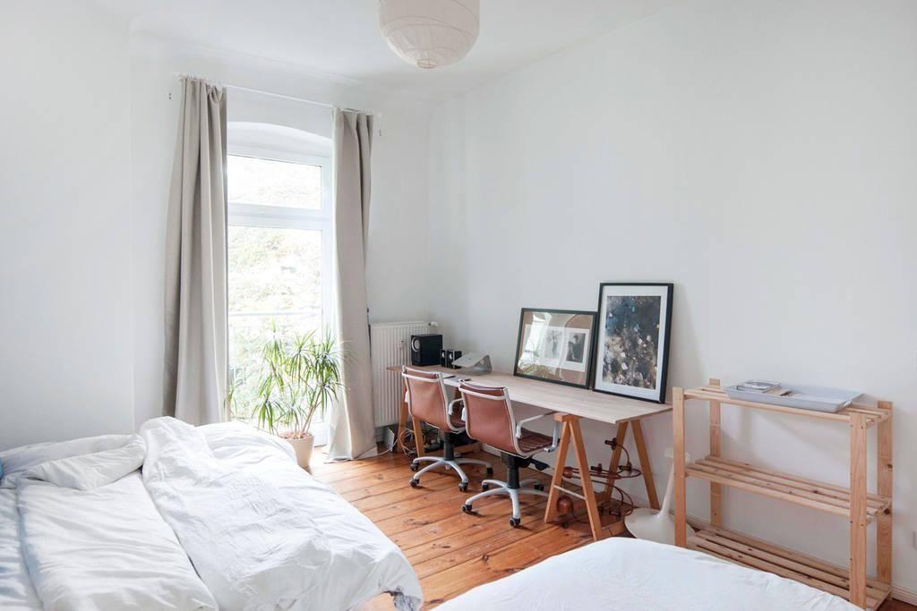 Home-Office Inspiration Schreibtisch, Holzdielenboden, großes - schreibtisch im schlafzimmer