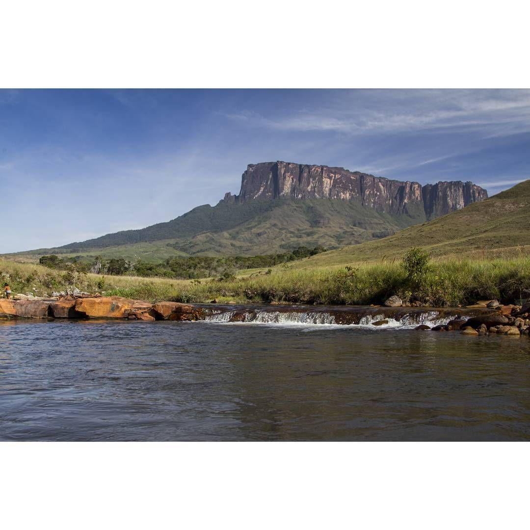 Kukenan Tepuy visto desde el río Tök..#canon7Dmarkii #travel #estoesvenezuela…