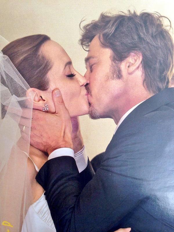 Look Angelina Jolie S Wedding Dress Is Perfect For Her Angelina Jolie Wedding Celebrity Wedding Dresses Versace Wedding Dress