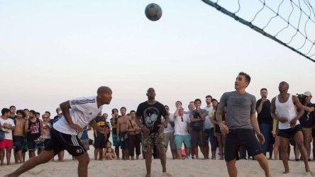 Copa 2014: liderados por Cannavaro, ex-jogadores jogam futevôlei na praia de Ipanema