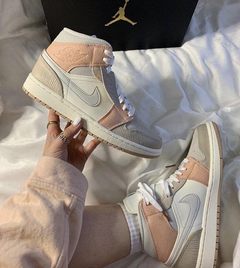 Pin van Sarah Bell op Sneakers mode in 2020 Trendy