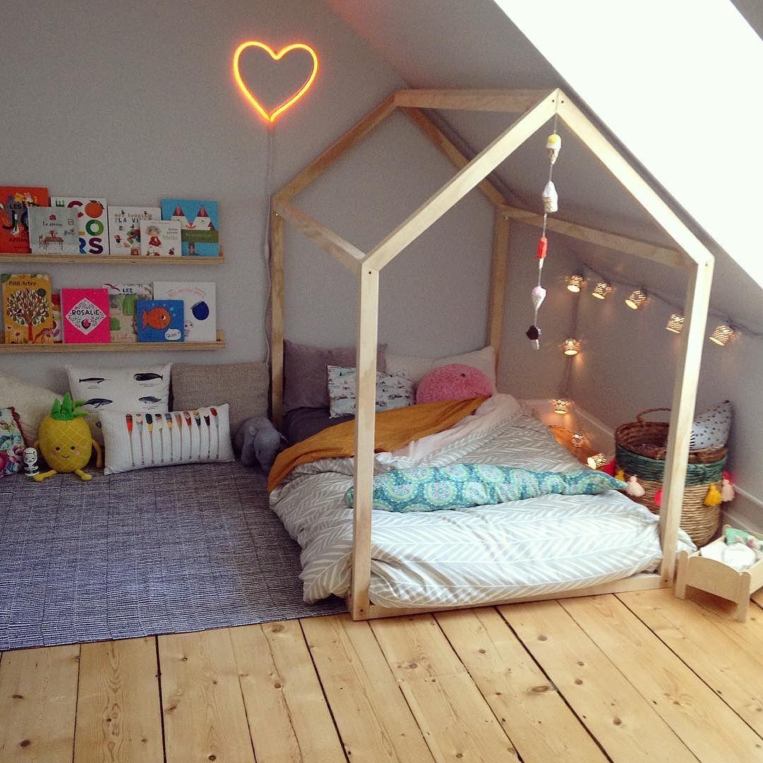 Chambre de grande fille avec un lit fait par grand-papa et un coin ...
