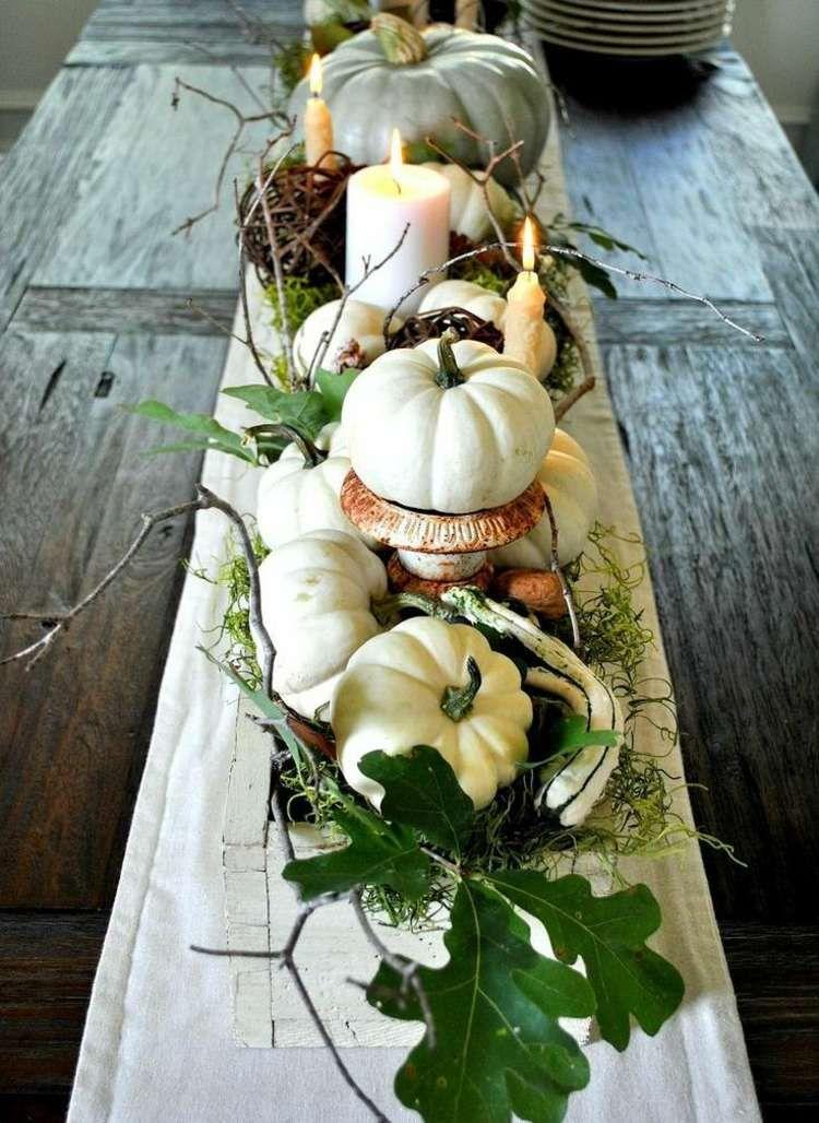 Herbst Dekoration   Weiße Kürbisse Und Kerzen Dienen Als Herzstück Des  Tischs
