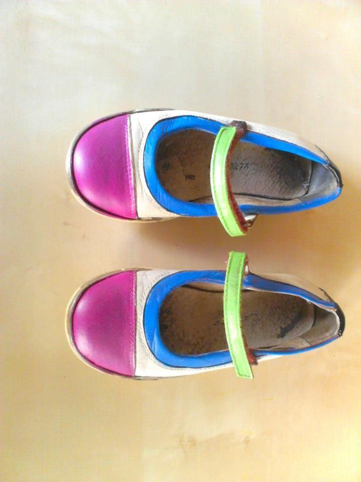 Se le puede dar nueva vida a unos zapatos viejos, solo pintandolos con pinturas acrilicas
