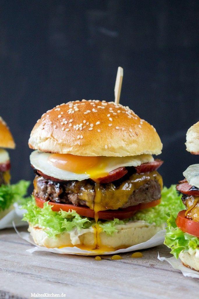 100% Beef-Burger im Brioche-Bun mit Kabanos, Balsamico-Zwiebeln