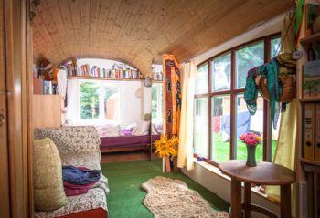 leben im bauwagen tiny house. Black Bedroom Furniture Sets. Home Design Ideas