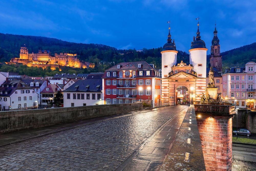 Heidelberg Mit Blick Auf Die Altstadt Mit Schloss Heiliggeistkirche Und Alter Brucke Bei Nacht Heidelberg Alte Brucke Altstadt