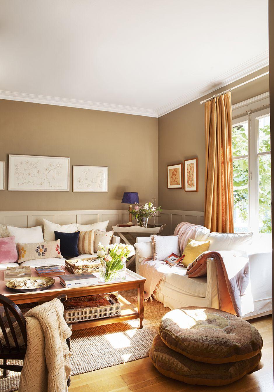Sal n con cuadros en las paredes decorado en tonos beige y naranja 00427967 decoracion para mi - Salones rusticos pequenos ...
