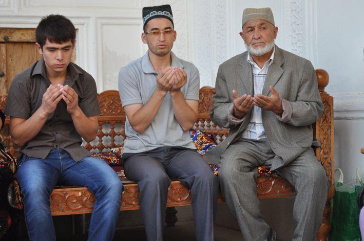 Musulmanes uzbekos rezando.
