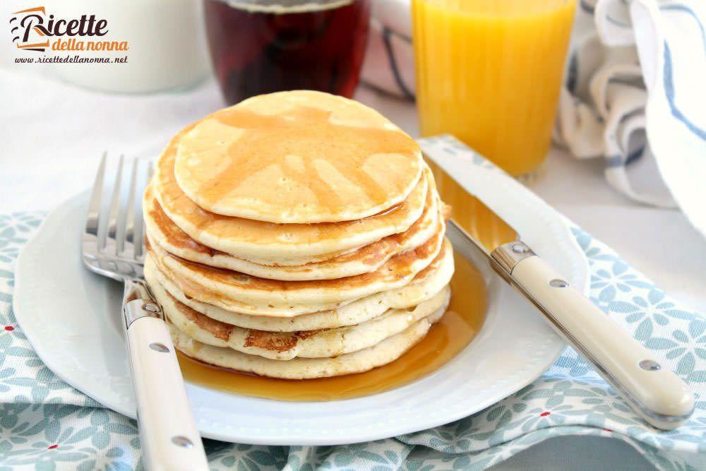 La ricetta per preparare i pancakes tradizionali super soffici e gustosi per una colazione in pieno stile americano.