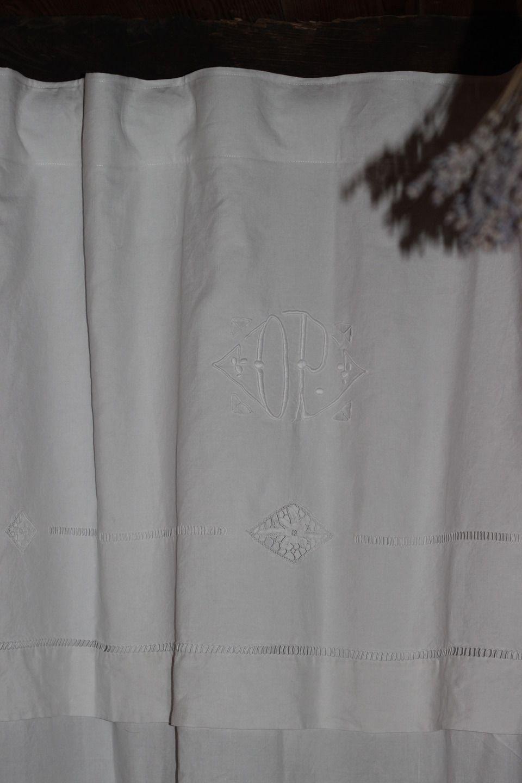 rideaux drap ancien avec retout monogramme d p jours chelle fait main textiles et tapis par l. Black Bedroom Furniture Sets. Home Design Ideas