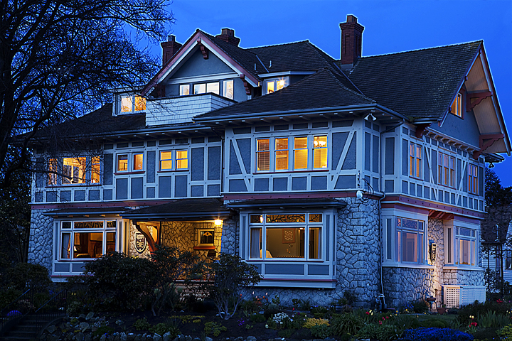 Heritage bed and breakfast in Victoria, BC Bed