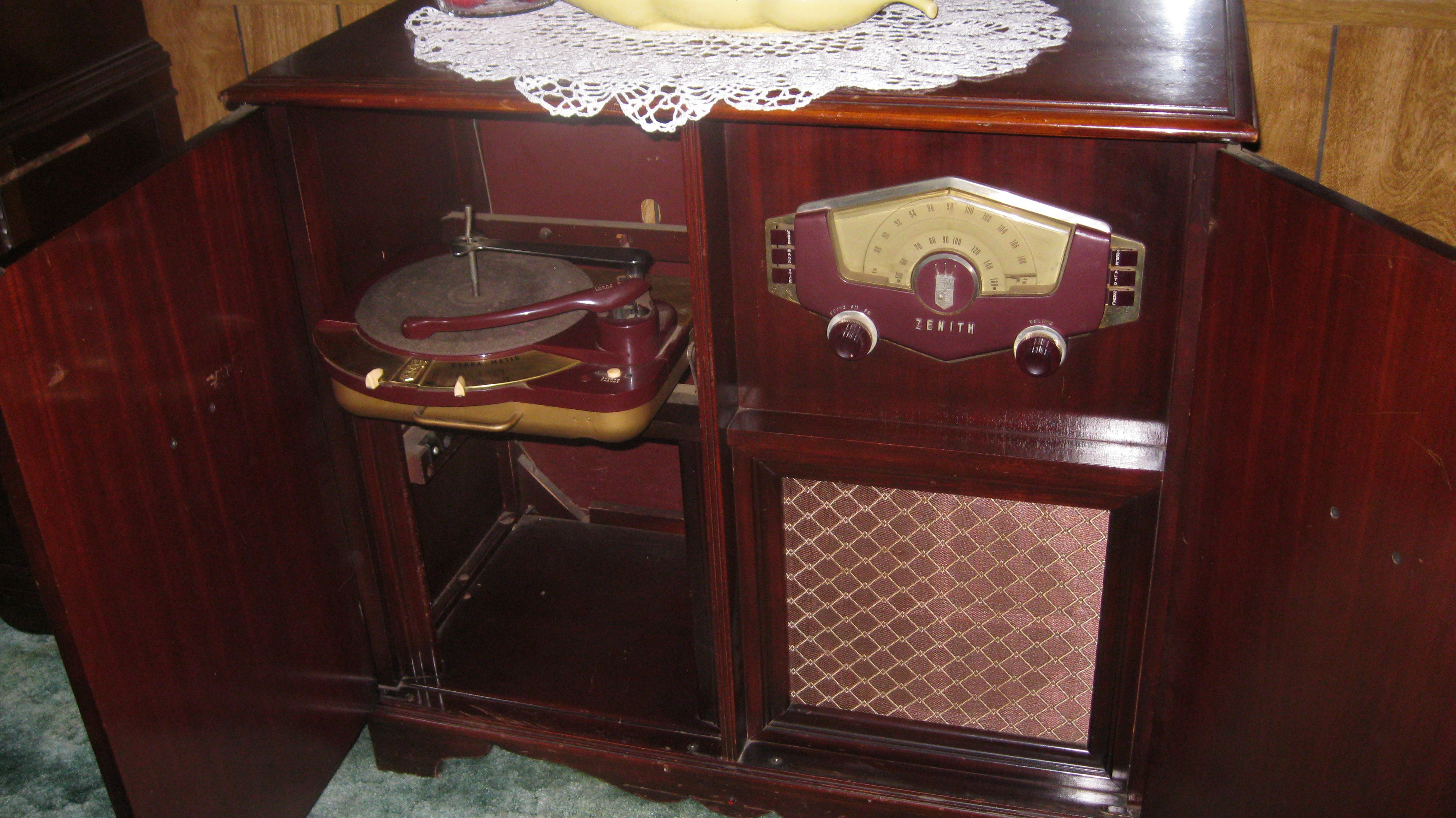 Zenith Cobra Matic Turntable And Radio Console The Workmanship Is Stunning Hope I Can Get It Repaired Antique Radio Vintage Radio Vintage Electronics