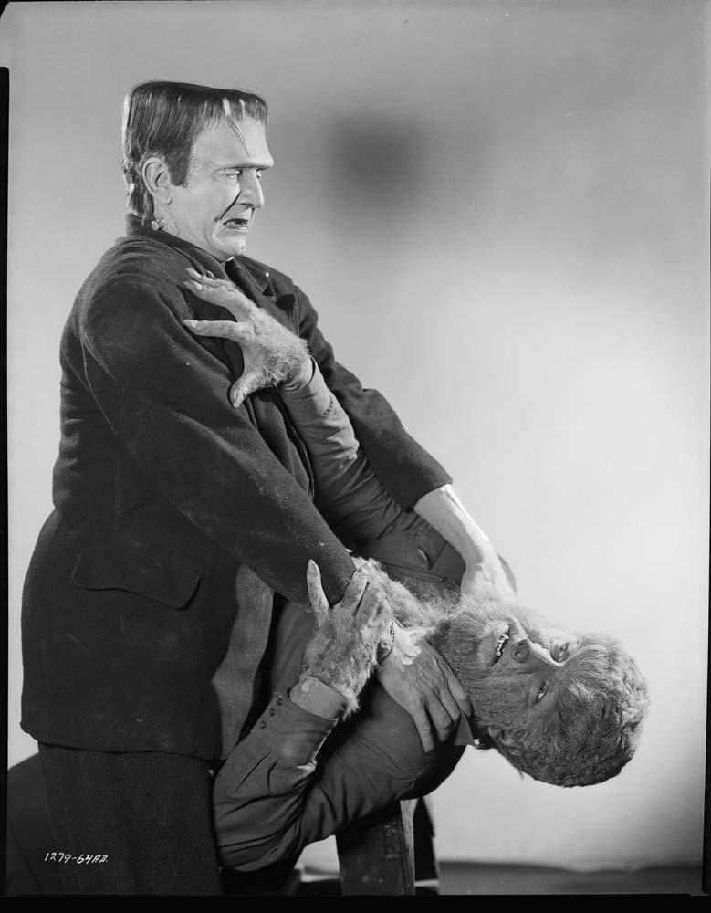 """Sala66  Bela """"Frankenstein"""" Lugosi intercambiando opiniones educadamente con el cuello de Lon """"Hombre Lobor"""" Chaney Jr., 1943"""