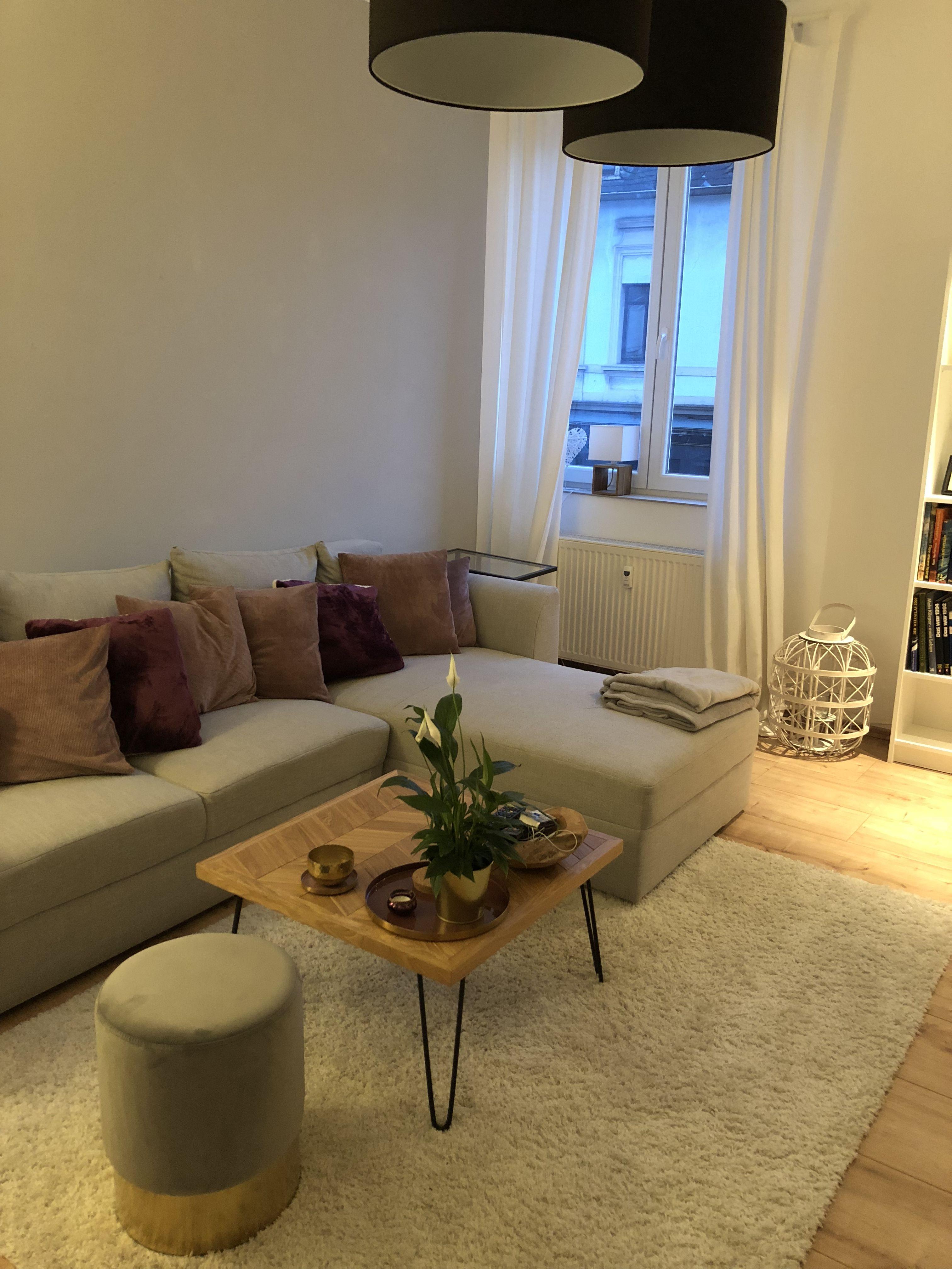 Wohnzimmer, Rot und Beeren Farben mit Gold. Dekoration und mehr ...