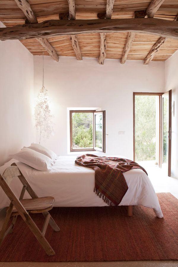 Rustieke Ibiza slaapkamer met houten balken plafond | TREND ...