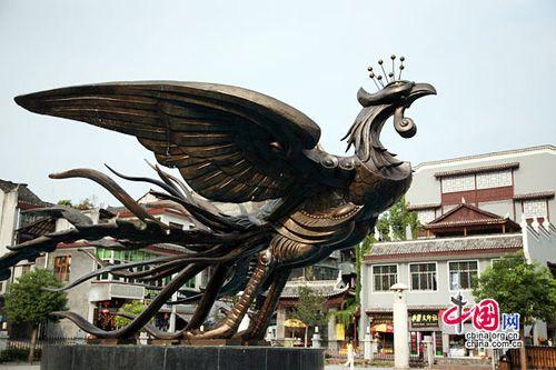 湘西边城凤凰 - 'Fenghuang' is Chinese for 'Phoenix', the mythical bird of good omen and longevity that is consumed by fire to be re-born again from the flames. Phoenix Ancient Town is so called as legend has it that two of these fabulous birds flew over it and found the town so beautiful that they hovered there, reluctant to leave.