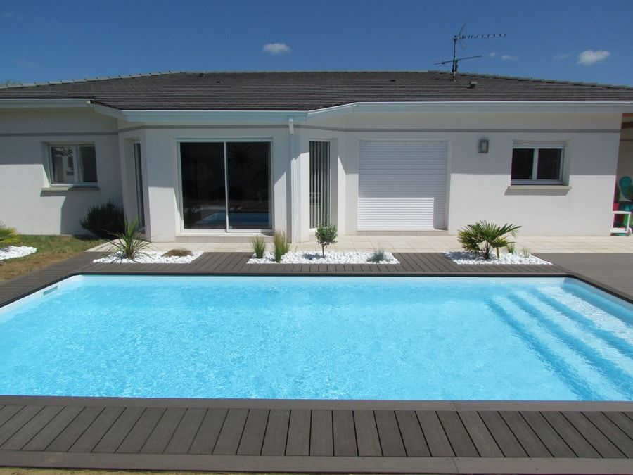 Plage de piscine et galets, France Pool designs