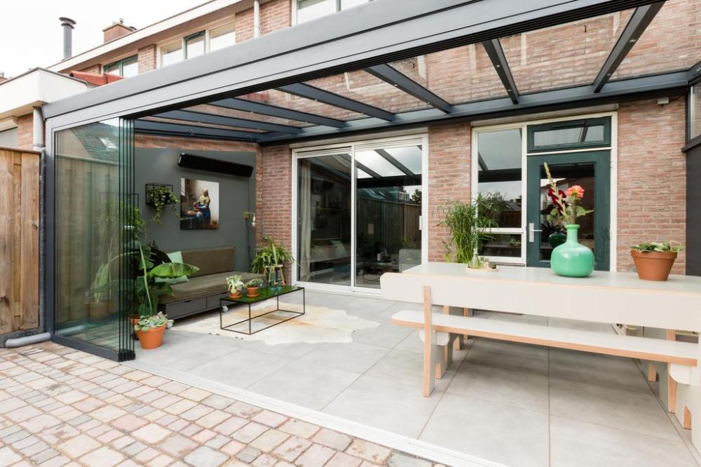 Extra leefruimte zo richt je een tuinkamer in is part of Covered patio design, Interior garden, Patio, Patio design, Backyard, Outdoor decor - Voor wie toe is aan meer woonruimte zonder grote verbouwing is een tuinkamer de ideale oplossing  Profiteer optimaal van buiten met het behaaglijke gevoel van binnen