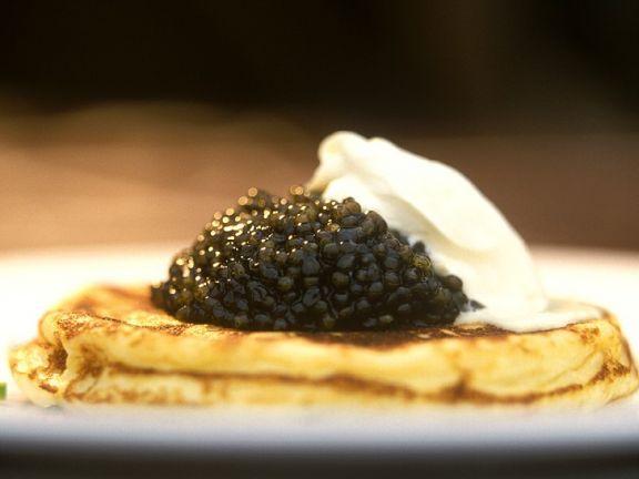 blinis mit kaviar ist ein rezept mit frischen zutaten aus der kategorie cr pe probieren sie. Black Bedroom Furniture Sets. Home Design Ideas