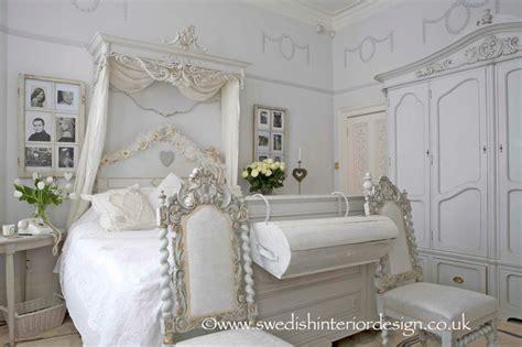 Photo of gustavian bedroom at DuckDuckGo