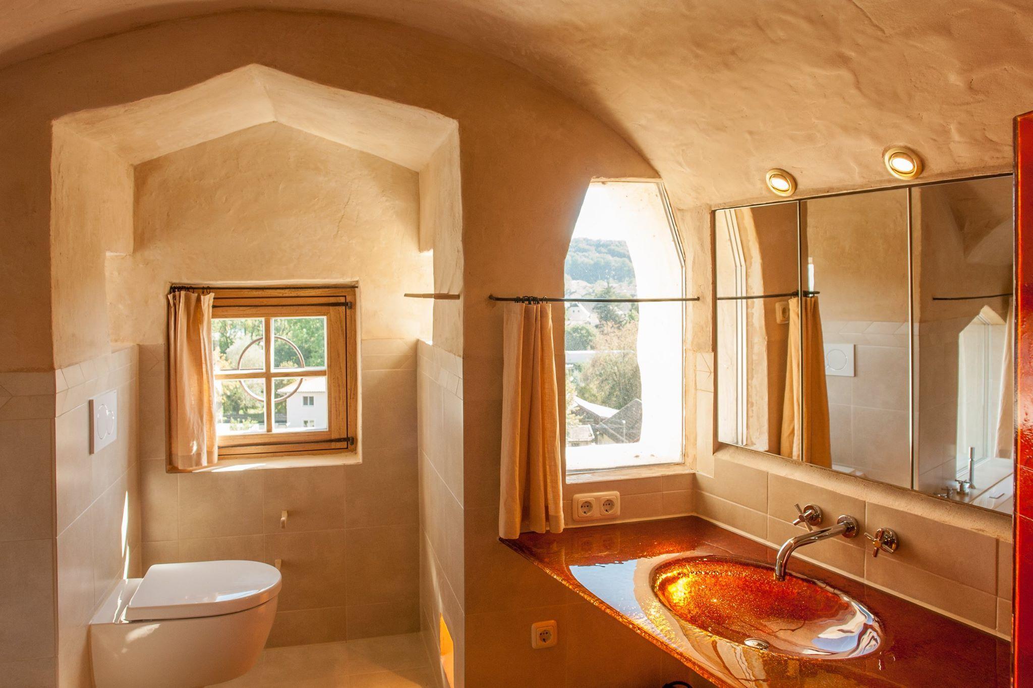 Luxurioses Badezimmer Mit Waschtisch Und Dusche Aus Rotem Glas Grosser Regendusche Und Whirlwanne Turm Schloss Regendusche