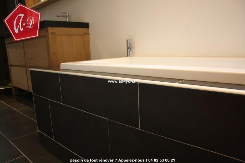 Superbe salle de bain italienne avec douche et baignoire dans la