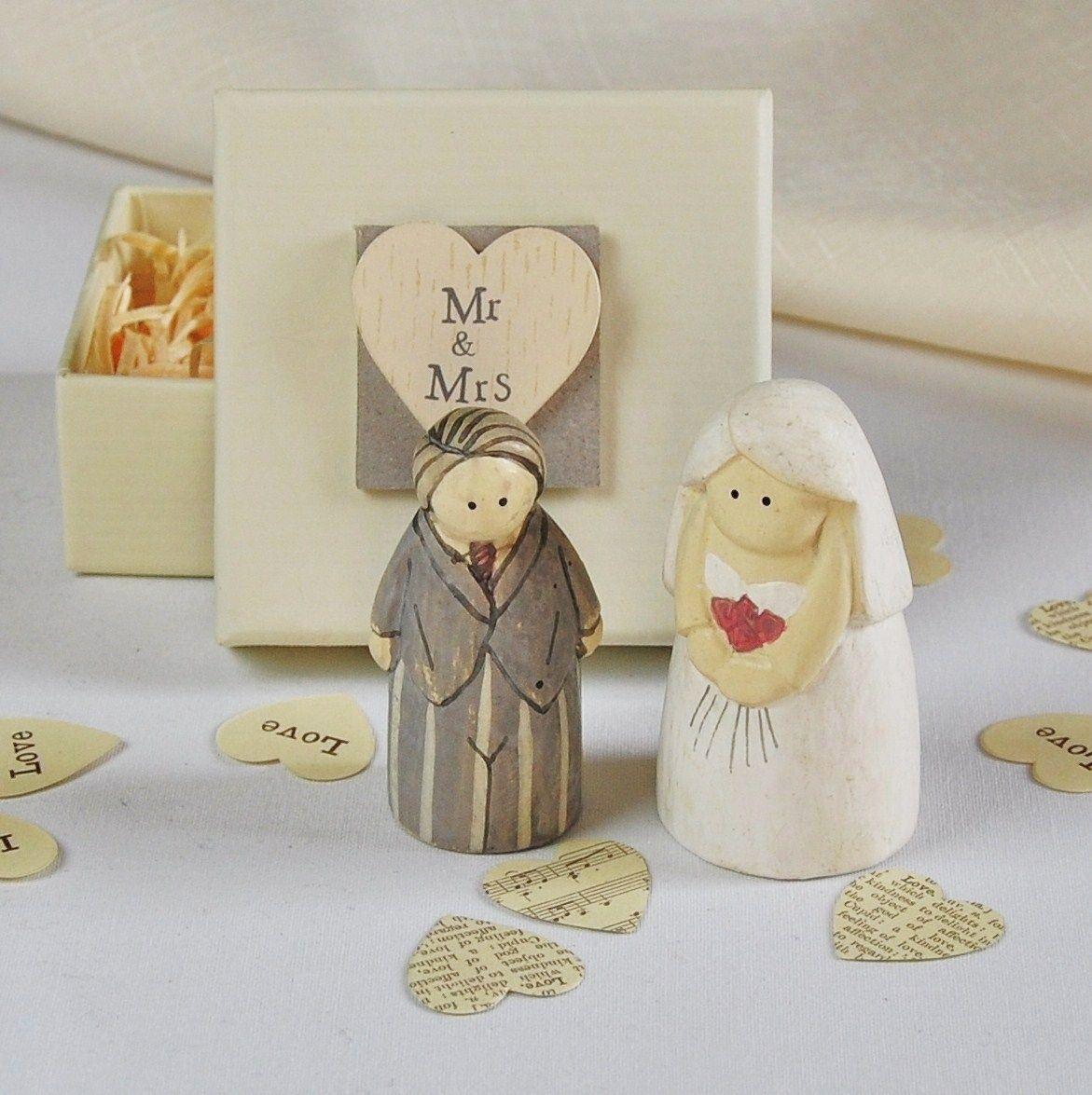 una bonita pareja de novios perfecta para decorar el pastel o como detalle de bodas