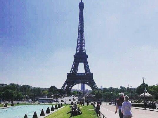 Parigi è la città in cui amo vivere. A volte penso che questo sia perché è l'unica città al mondo dove basta fare un passo fuori da una stazione ferroviaria, la Gare d Orsay, e vedere contemporaneamente,  i principali incantesimi.