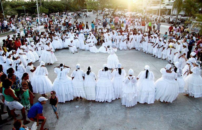 Em: 23/10/2015 - (sexta) - Terreiros de Candomblé passam a ter mesmo direitos de igrejas. | Link: http://garantiadedireitos.com.br/terreiros-de-candomble-passam-a-ter-mesmo-direitos-de-igrejas/