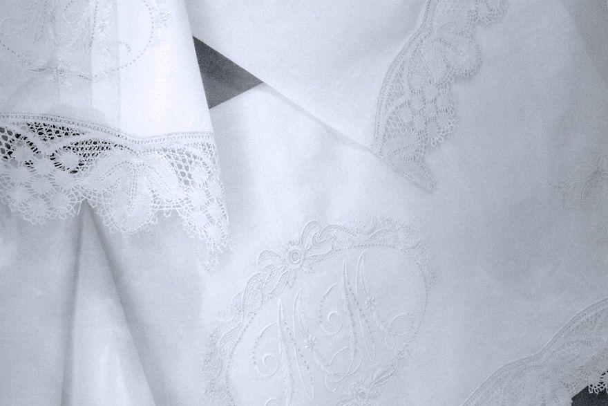 Juego de sábanas de hilo con bordado floral y iniciales y bolillos (P4).