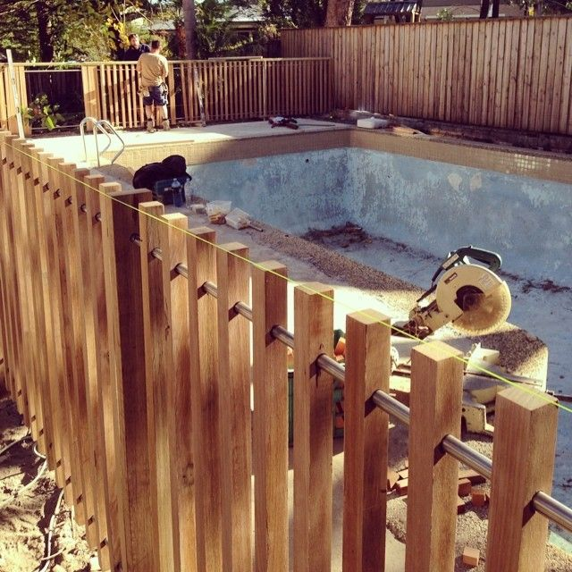 Modern timber pool fence 40x40mm battens with steel rail for Pool fence screening ideas