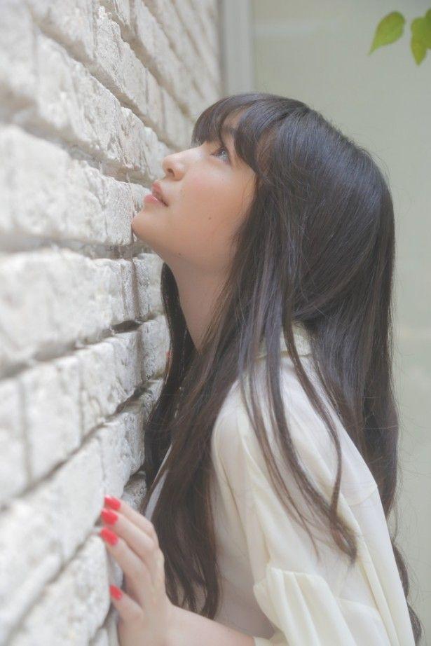 壁とキスする上田麗奈