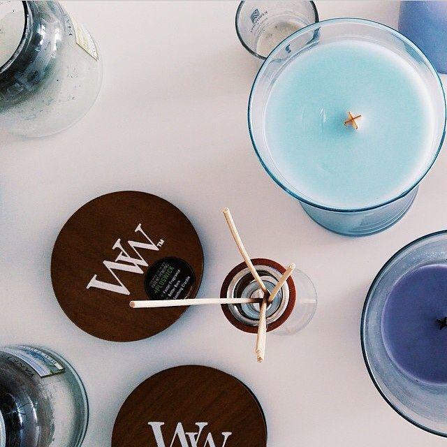 Le ☀️ revient. Place aux senteurs estivales et délicates de chez WoodWick! #woodwick #bougie #blue #bleu #decoration #ciresoja #wax #woodwickcandle #bougieparfumée #design #senteur #fleuriste (photo Instagram)