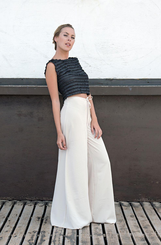 Pantalón ancho, crop top con volados