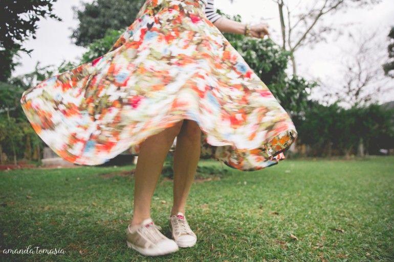 saia midi com tenis_ saia midi floral_ mistura de estampas_ como usar saia midi_ danigarlet (1)