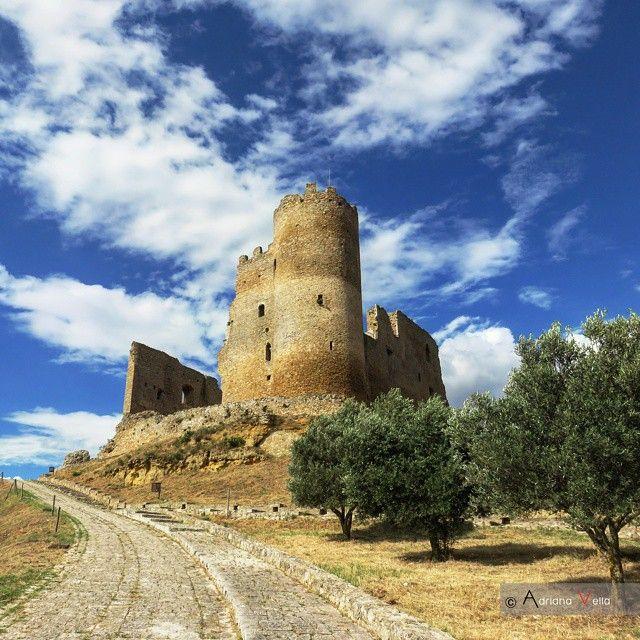 """Il castello di Mazzarino fa parte dei 9 forti di Caltanissetta. Chiamato """"u cannuni"""", per la forma dell'ultimo torrione superstite, le sue mura leggendarie raccontano di battaglie, catastrofi naturali ed intrighi amorosi, affascinando tutto ciò che c'è intorno."""