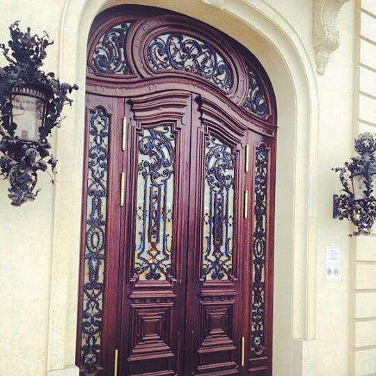 Дубовая дверь с витражом и ковкой