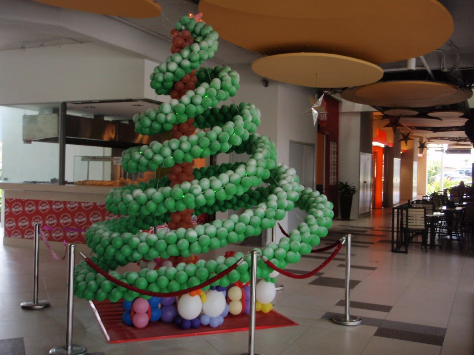 Pin by luciernaga on decoraciones con globos para navidad in the run up to christmas business premises would come up with beautiful decorations to mirror the festivity solutioingenieria Image collections