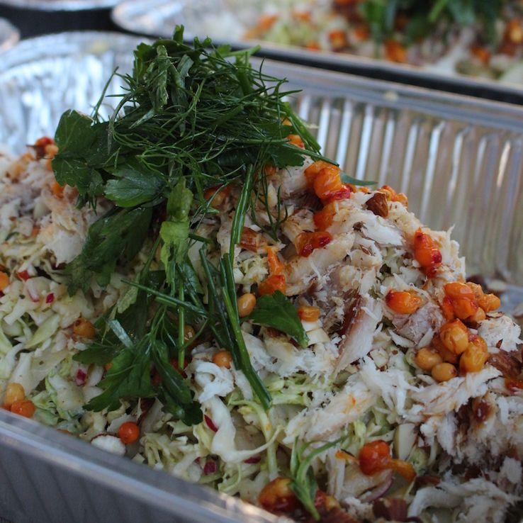 salat med varmrøget laks dild og spidskål