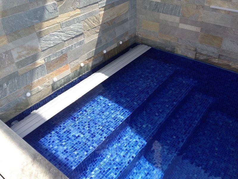 volet piscine immerg cach derri re un escalier. Black Bedroom Furniture Sets. Home Design Ideas