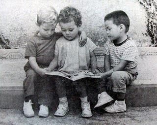 Niños leyendo children reading