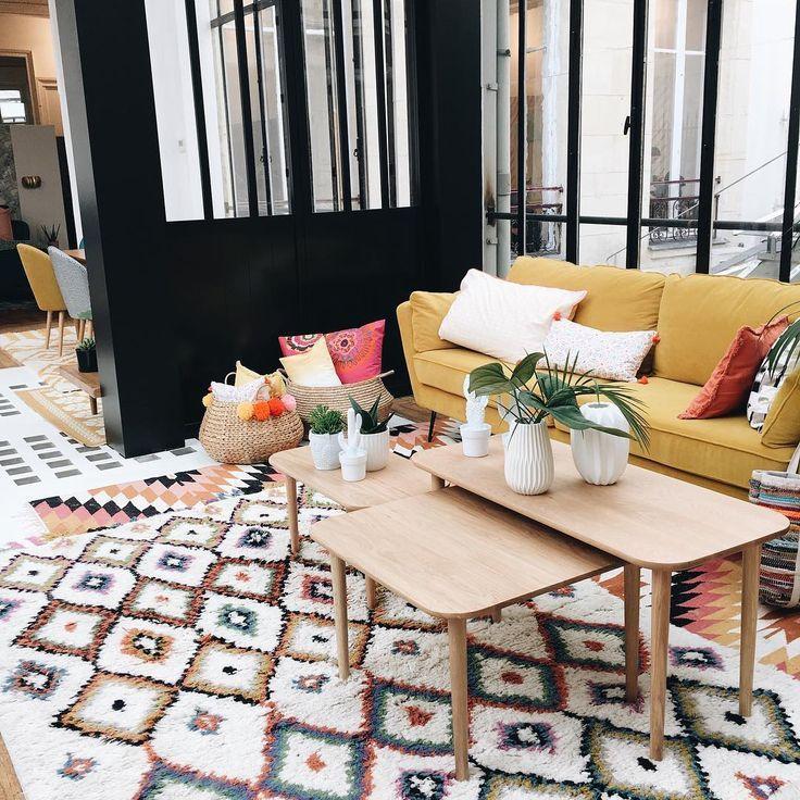 Photo de canapé jaune moutarde dans salon moderne avec tapis ...