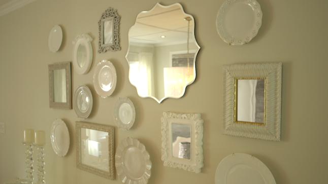 APRÈS : Comme le mur du buffet est maintenant dénudé, une murale formée d'assiettes et de miroirs vintage a été créée, reflétant du même coup le bois de grange du mur opposé.
