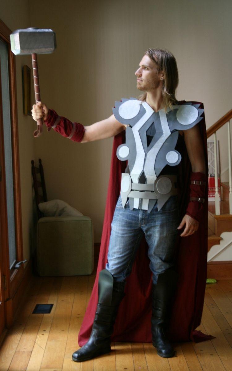 déguisement super héros et costume en papier gris, jeans bleus et bottes noires | Costume super ...