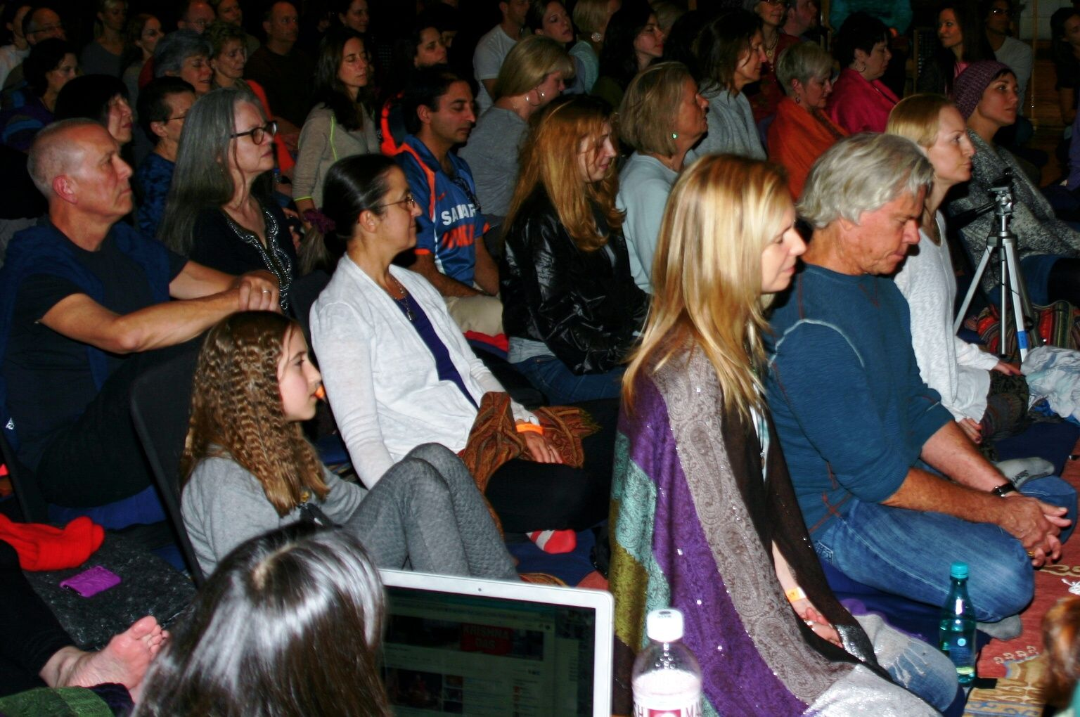 Audience in contemplation Krishna das, Devotions, The