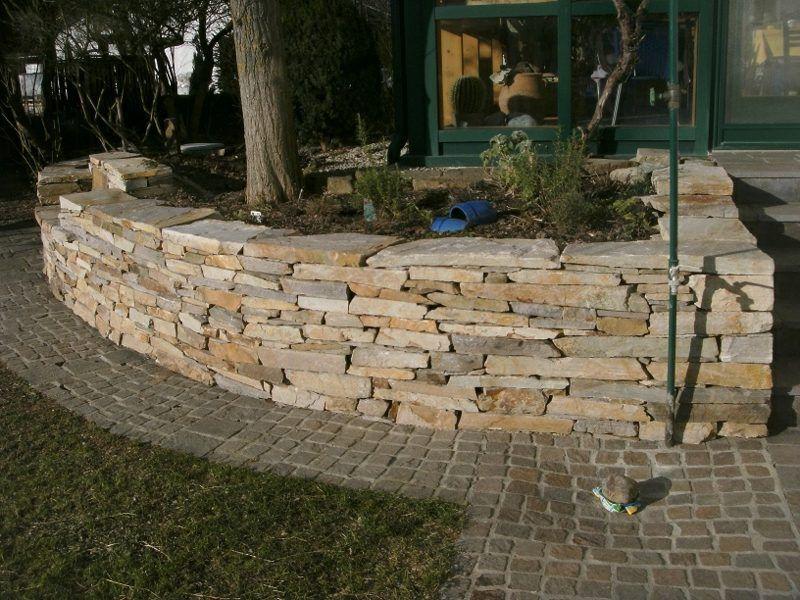 Steinmauer als Blickfang und Sichtschutz im Garten 40