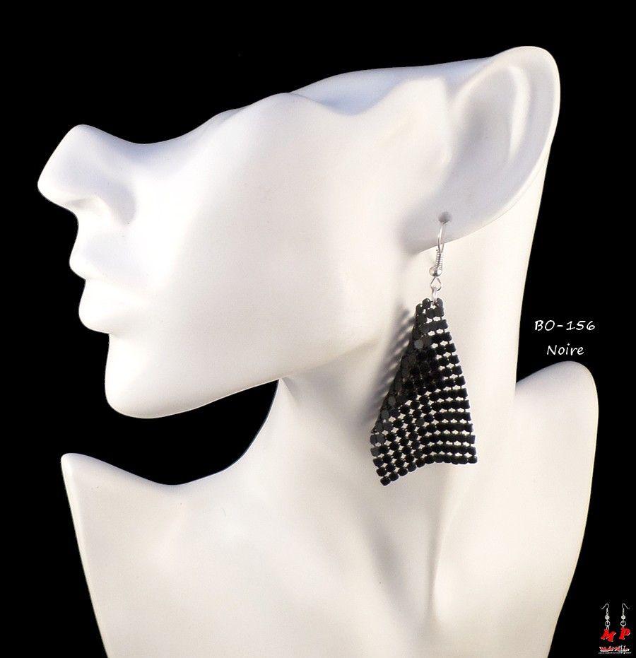 Modet Plaisirs vous propose une large gamme de bijoux fantaisie, boucles d'oreilles, bracelets, colliers et pendentifs. Jolies boucles d'oreilles pendantes en mailles disco brillantes noires. Hauteur: 7,8cm.