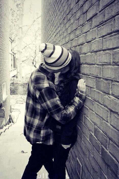I Ragazzi Si Baciano Contro I Muri Delle Case Foto Romantiche