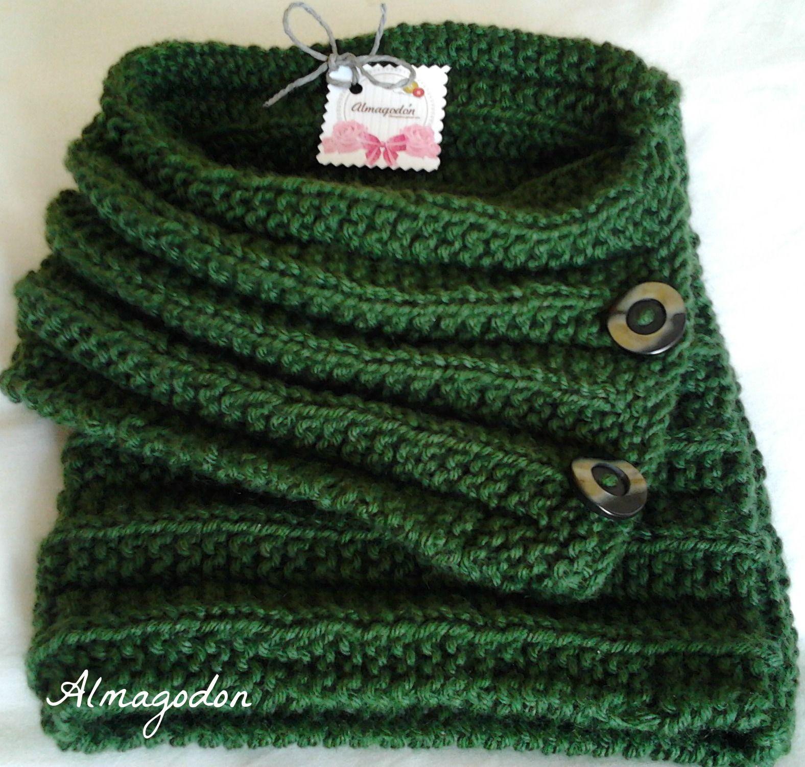 Cuello de lana color verde botella y botones en el mismo tono ... 066324d1d9c